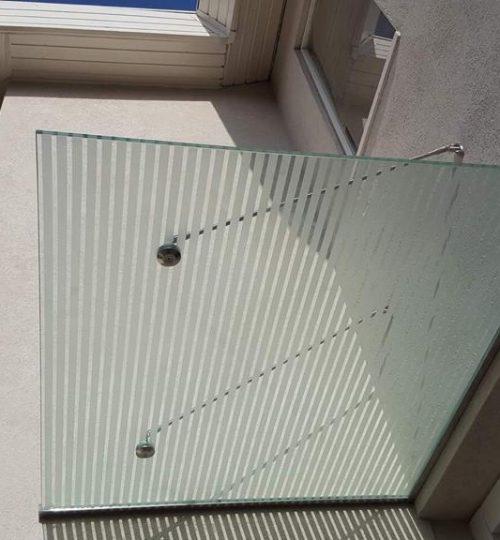 גגון זכוכית לכניסה בעיצוב פסים